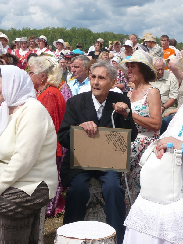Старичок на фотографии, пенсионер, которому под 90, а он большую часть своей пенсии жертвует на восстановление храма.