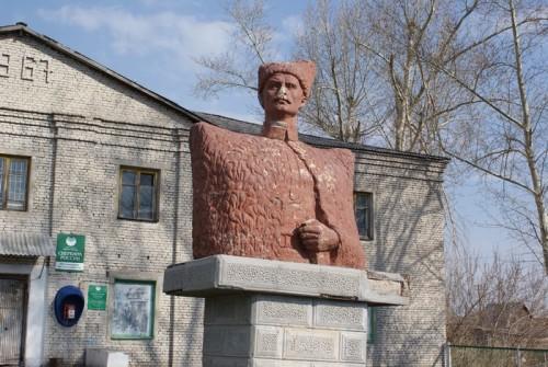 На улице Чапаевской  стоит редкий для нашей области памятник самому Чапаю