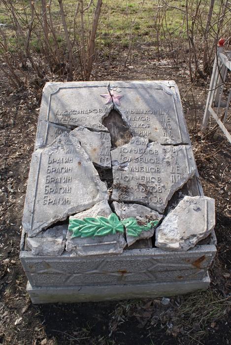 Перед обелиском в виде аллеи разместилась  дюжина мемориальных плит с фамилиями и именами  погибших солдат