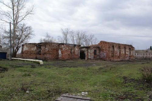 Рядом со сквером развалины старого храма