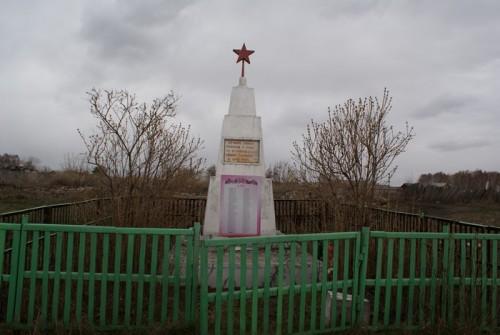 На Урале обелиск стоит в маленьком уютном палисаднике