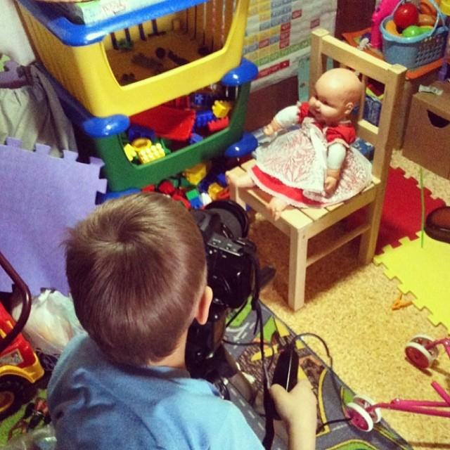 сын играет в фотостудию
